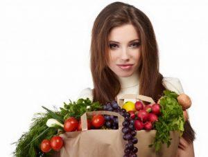 девушка с корзиной овощей