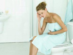Девушка сидит на туалете
