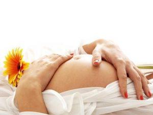 Чистый живот беременной девушки