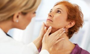 врач проверяет щитовидную железу