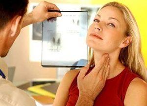 у женщины проверяют щитовидку