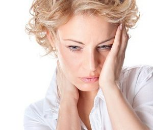 женщина держится за голову