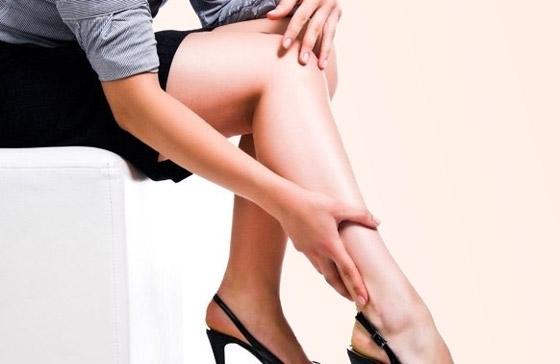 Ноги девушки с болями
