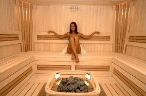 Девушка в бане расслабляется