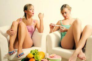 Девушки наслаждаются педикюром