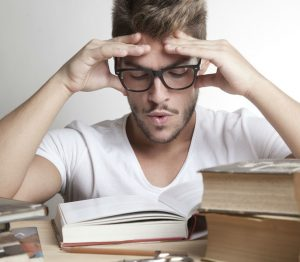 мужчина с книгами