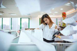 девушка в стрессе на работе
