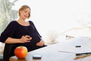 Беременная за рабочим столом