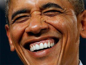 Барак Обама улыбается