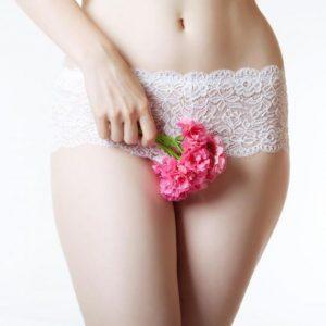 Девушка с цветком в руках