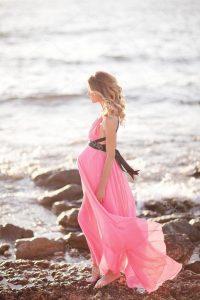 беременная девушка в платье у моря