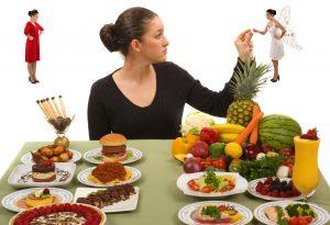 девушка с полезной и вредной едой