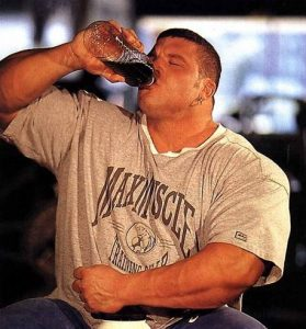Мужик пьет пиво