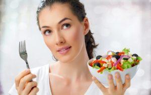девушка с салатом в руке