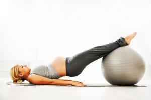 девушка выполняет упражнения с шаром