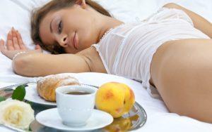 девушка лежит рядом с едой
