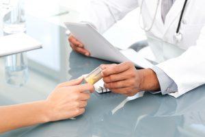 врач выдает таблетки пациенту
