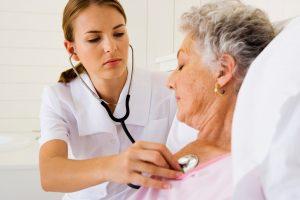 женщину осматривает медсестра