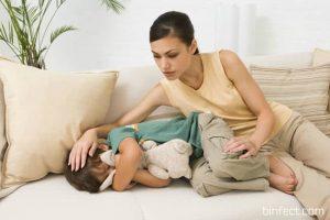 мама с ребенком на диване