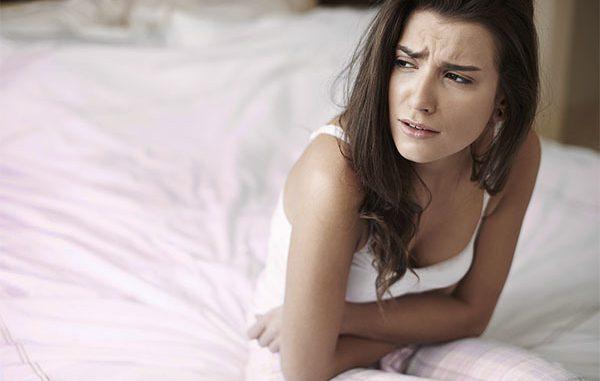 девушка сидит на кровати расстроенная